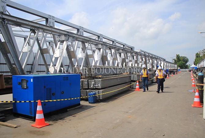 DIBANGUN ULANG: Untuk mengantisipasi kepadatan arus mudik jalur pantura, jembatan cincin lama kembali dibangun.