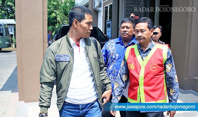 KASUS RASKIN: Kades Bulumargi diproses hukum. Dia kemarin (27/4) ditahan kejari dan dititipkan di Lapas Lamongan.