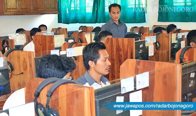 KERJAKAN SOAL: Peserta UNBK paket C dari Pusat Kegiatan Belajar Mengajar Mizan Kecamatan Sarirejo.