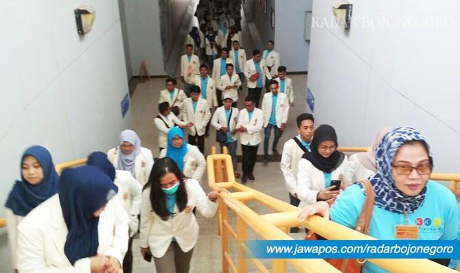 MELIHAT PRODUKSI: Mahasiswa Stikosa-AWS menggelar kunjungan bisnis di pabrik PT Holcim Indonesia, Rabu (2/5).