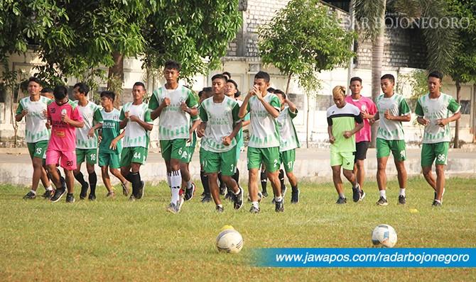 SEMANGAT: Para pemain Bumi Wali FC saat joging di lapangan kompleks GOR Rangga Jaya Anoraga,Rabu (2/5) sore.