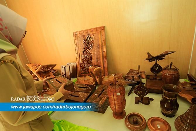PROSPEKTIF: Produk UMKM asal Bojonegoro cukup beragam. Pemasaran terus diperluas untuk menarik konsumen.