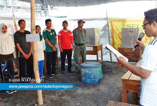 DEMAM PIALA DUNIA: Petugas KPPS di TPS 04 Desa Banjarjo Kecamatan Bancar yang mengenakan jersey Piala Dunia 2018