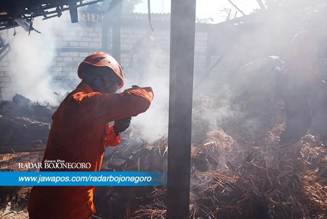 LUDES: Sebuah rumah di Desa Tegalrejo, Kecamatan Merakurak yang ludes terbakarkamis (12/7) pagi.