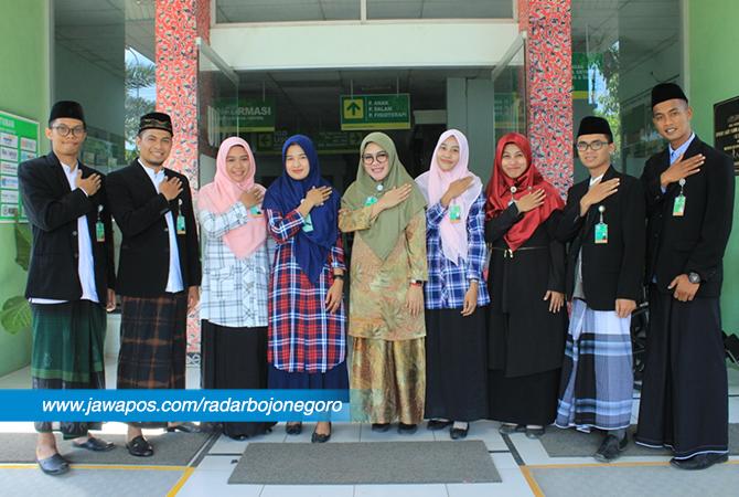 SIAP MELAYANI: Pakaian santri dan santriwati yang dipakai keluarga besar Rumah Sakit Nahdlatul Ulama (RSNU) Tuban sejak Senin (23/10) hingga Jumat (26/10).  Pelayanan RSNU yang mengenakan pakaian sant
