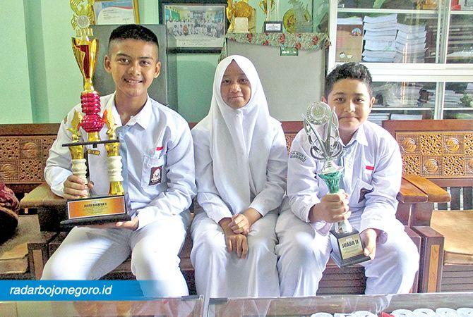 PEDULI ALAM: Tiga siswa usai juara Bio Compact Season 9 di Semarang.