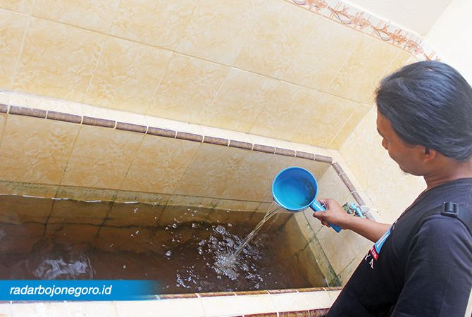 KERUH : Air di kamar mandi milik warga Cepu keruh. Akibatnya tidak bisa digunakan.