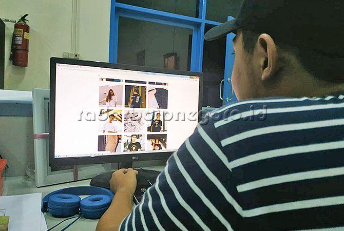 BERSAING : Para pebisnis muda terus mengoptimalkan media sosial untuk promosi produknya.