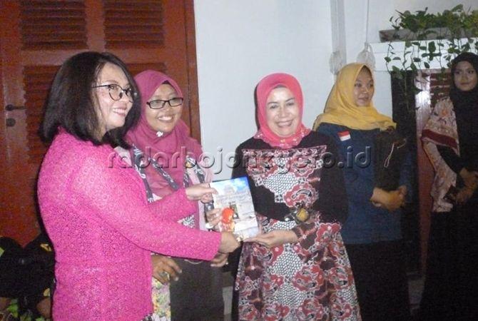 Sifwatir Rif'ah, penulis sejarah batik di Lamongan menunjukkan hasil karyanya.