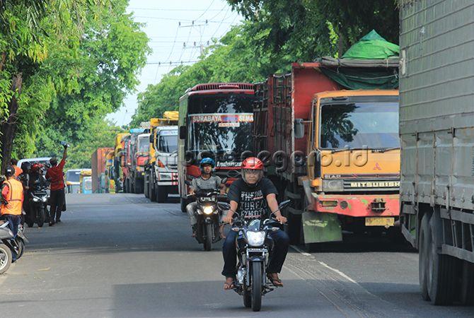 PADAT MERAYAP: Jalan Wahidin Sudirohusodo yang menjadi langganan kemacetan pada jam-jam sibuk mulai pagi hingga sore.