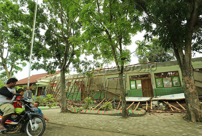 RUANG BELAJAR BERANTAKAN: Tiga ruangan SDN 2 Growok yang rusak setelah atapnya ambruk.