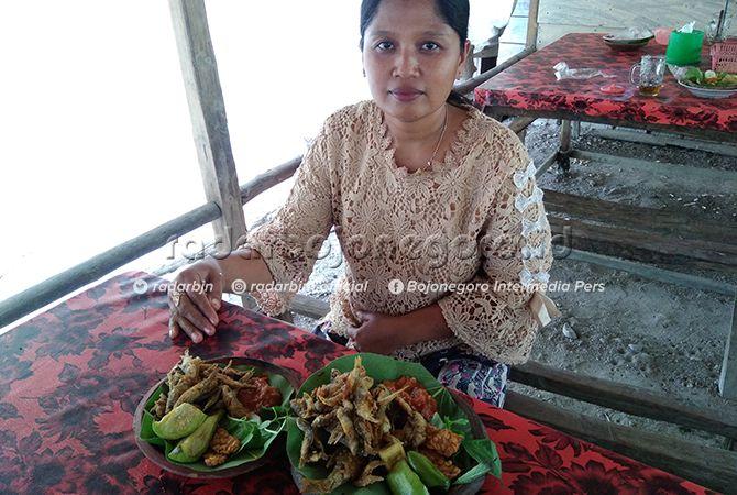 PERACIK KULINER: Lilik Kristianingsih dengan menu ikan wader. Dia 12 tahun menyajikan olahan ikan khas Waduk Pacal.