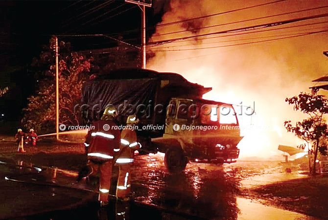 HANGUS: Kebakaran terjadi di dua lokasi dengan waktu yang berbeda. Petugas sedang berusaha memadamkannya.