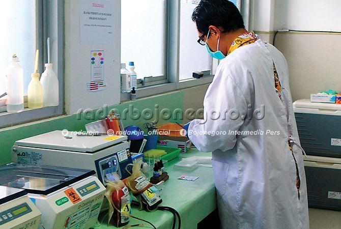 CEK DARAH: Petugas bank darah di RSUD Bojonegoro. Hingga kini, baru dua rumah sakit yang memiliki bank darah.