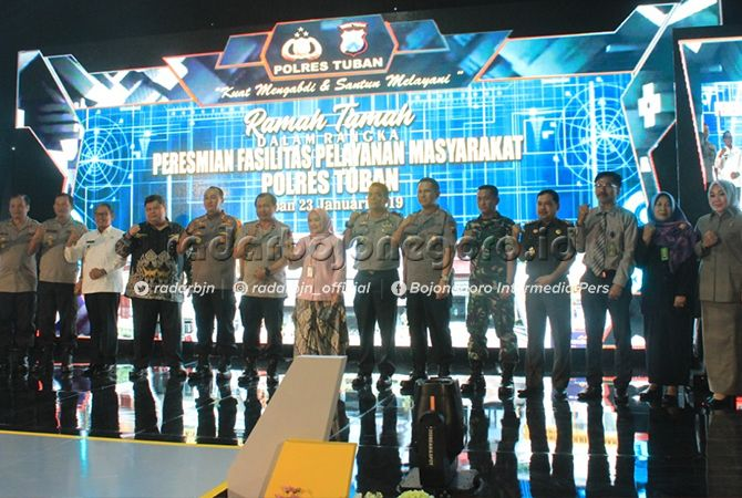 RAMAH TAMAH: Wakapolda Jatim Brigjen Pol Toni Harmanto (enam dari kiri) bersama Kapolres Tuban AKBP Nanang Haryono beserta tamu VVIP.