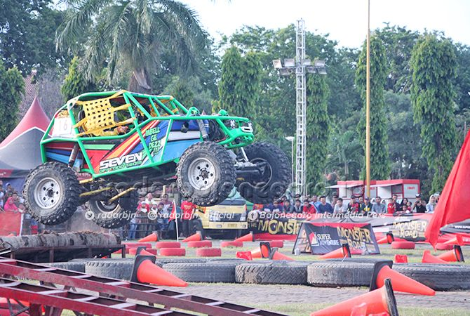 MEMUKAU : Salah satu peserta yang tampil pada event Monster Road di Alun-Alun Tuban.