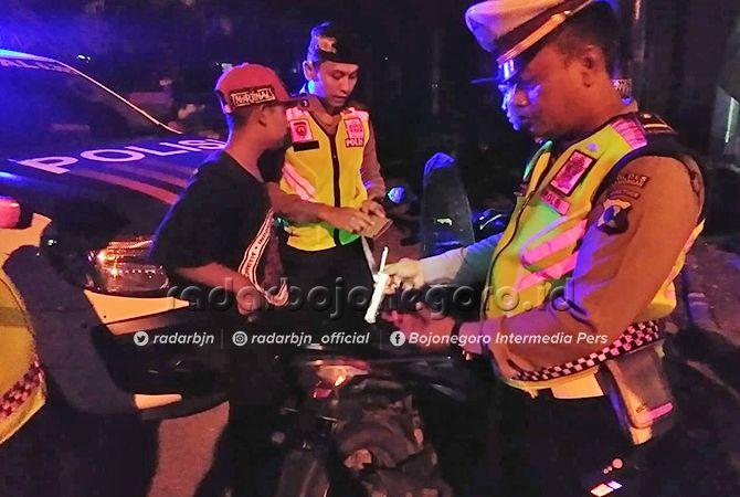 SITA PISAU: Polisi menyita pisau yang didapatkan dari salah satu pengendara motor.
