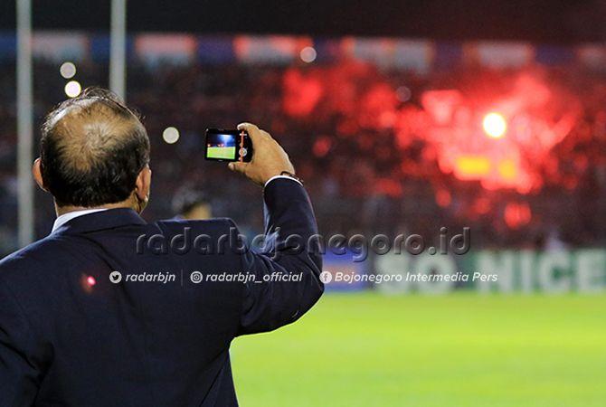 DIJADIKAN BUKTI: Pengawas pertandingan mengabadikan kejadian flare menyala di Stadion Surajaya seusai laga Persela Lamongan melawan bali United.