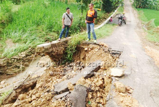 PARAH: Kondisi jalan Desa Maindu, Kecamatan Montong yang longsor pasca diguyur hujan deras sejak Jumat (1/3).