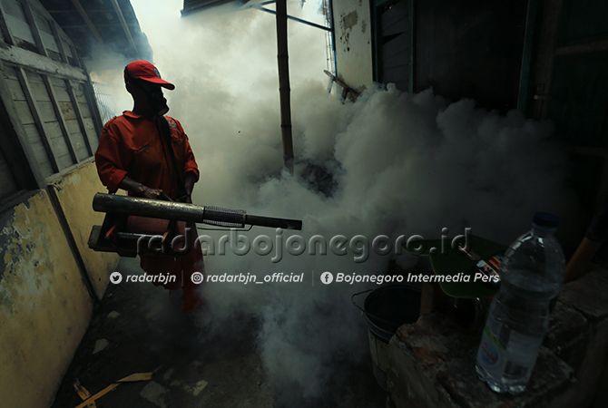 CEGAH NYAMUK: Petugas ketika melakukan fogging. Langkah pengasapan ini bukan solusi pencegahan DBD.