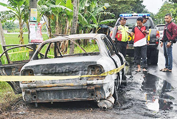 LUDES: Mobil sedan yang hangus dilahap api di jalan Pakah-Bojonegoro, persisnya di Desa Pekuwon, Kecamatan Rengel kemarin (7/3) siang.