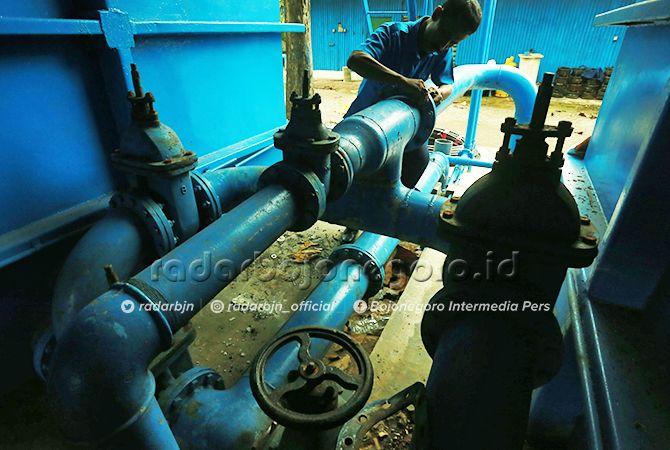 AKSI: Petugas PDAM sedang mengecek saluran. Saat ini PDAM belum mengoperasionalkan sumber air di Desa Ngringinrejo.