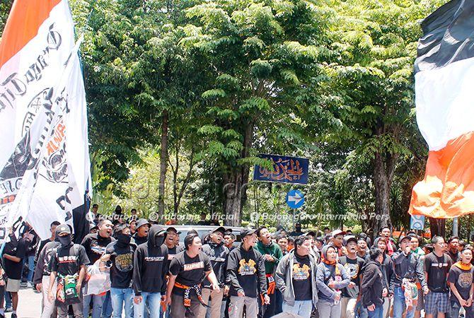 AYO BANGKIT: Para suporter Persibo saat demo beberapa waktu lalu. Mantan pemain pada ultah Persibo ke-70 berdoa agar Persibo Bangkit.