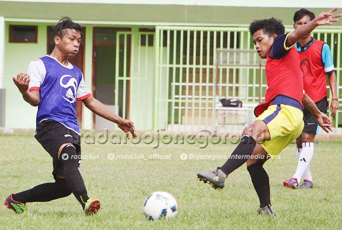 BERSAING KETAT: Pemain berusaha menguasai bola dalam seleksi lanjutan pemain tim sepak bola Porprov VI di Stadion Lokajaya Tuban, kemarin.