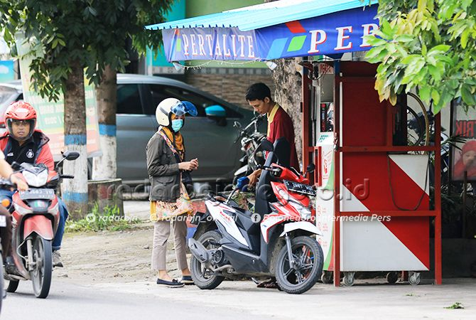 LAYANI PEMBELI: Salah satu SPBU mini yang ada di wilayah Kabupaten Lamongan. Mulai bulan depan, semua SPBU mini harus memiliki alat pemadam api ringan.