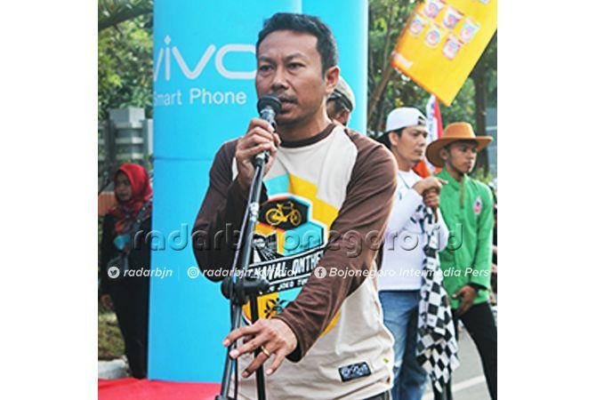 SUKSES:  Margono Jaya Putra ketua panitia saat menyampaikan laporan panitia Karnaval Onthel Bumi Joko Tingkir Lamongan 2019 di Sport Centre Lamongan.