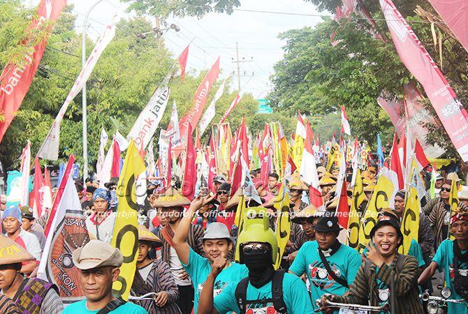 SATUKAN NUSANTARA: Ribuan onthelis dan onthelista dari berbagai daerah saat melintasi garis start Karnaval Onthel Bumi Joko Tingkir Lamongan 2019 di Sport Centre Lamongan.
