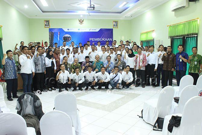 TERIMA MANFAAT: Perwakilan peserta pelatihan tenaga kerja Kilang NGRR bersama Bupati Tuban KH Fathul Huda dan Pertamina.