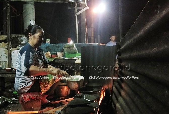 SEDAP: Kuliner malam hari di Bojonegoro menjadi jujukan beberapa orang. Seperti kuliner serabi. Kudapan ini cocok dinikmati saat udara dingin.