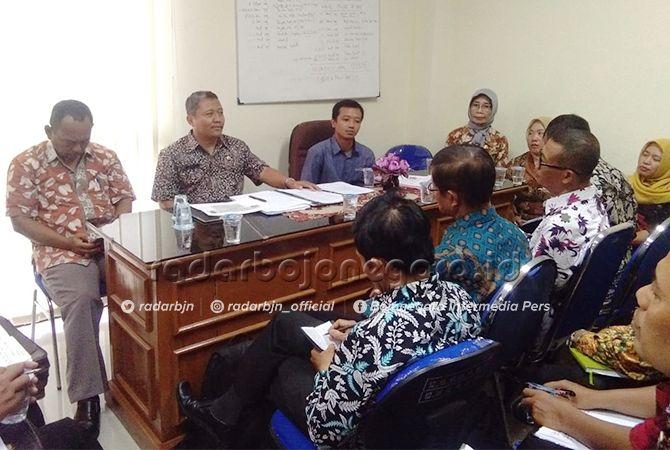 SALING KOORDINASI: Kabid SD Disdik Chumaidi (dua dari kiri) bersama Agus Prasetyo dan sejumlah K3S SD ketika membahas persiapan Tryout PBT Jawa Pos Radar Bojonegoro.