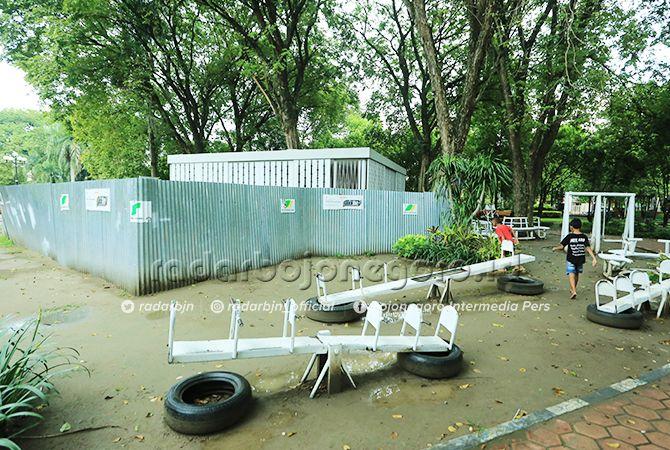 TERTUTUP: Bangunan perpustakaan mini di Alun-Alun Bojonegoro ini masih ditutupi seng. Rencananya bangunan ini akan dibongkar.