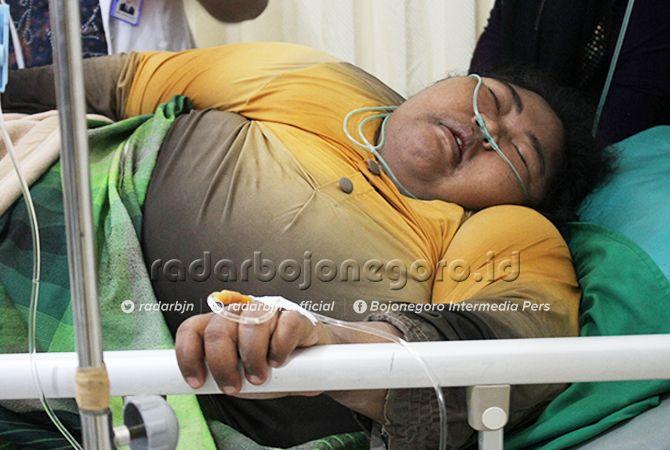 BANYAK PENYAKIT YANG MENYERTAI: Nurhidayati Khusnul ketika hari pertama masuk RSUD Dr R Soegiri Lamongan. Berdasarkan pemeriksaan lanjutan, dia tidak hanya sesak napas dan obesitas. Juga menderita sepsis.