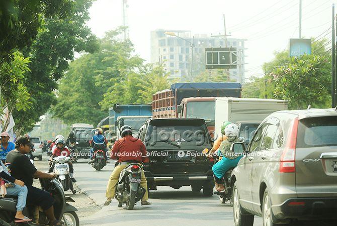 MACET: Jalan Ahmad Yani Bojonegoro ini menjadi pintu utama masuk ke kawasan perkotaan. Namun, jalur ini kerap macet karena padatnya kendaraan melintas.