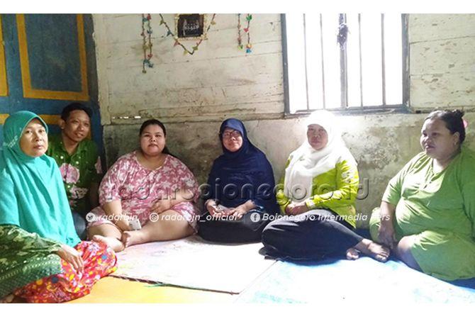 TURUN 40 KILOGRAM: Selvia Dwi Susanti (tiga dari kiri), penderita obesitas asal Kecamatan Bluluk. Awalnya, berat badan Selvia 179,3 kg dan sekarang 139 kg.