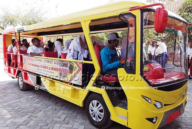 ANGKUTAN SISWA: Bus sekolah ini dibuat dari pikap. Biayanya dari urunan para guru.