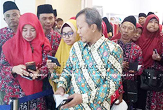 ANTRE: CJH asal Tuban saat perekaman biometrik di VFS-Tasheel Surabaya kemarin (2/4).