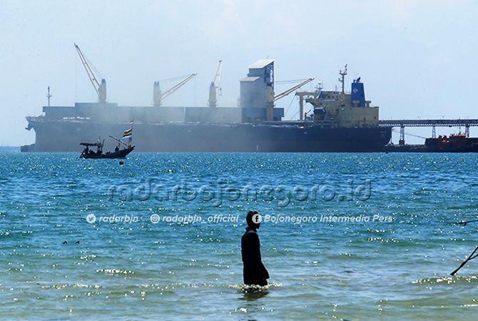 BERGELIAT: Aktivitas pelabuhan khusus PT Semen Gresik.