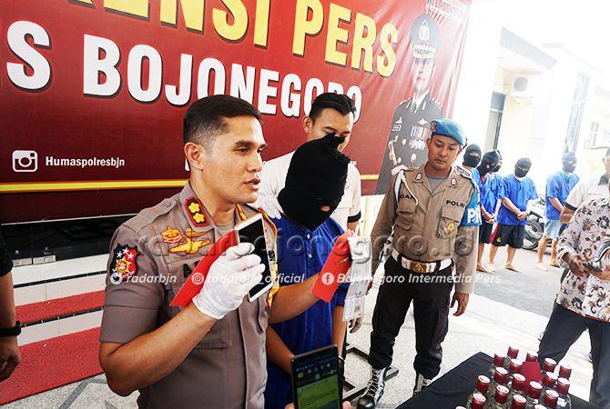 APES: Kapolres Bojonegoro AKBP Ary Fadli saat memberikan keterangan tentang ulah polisi gadungan.
