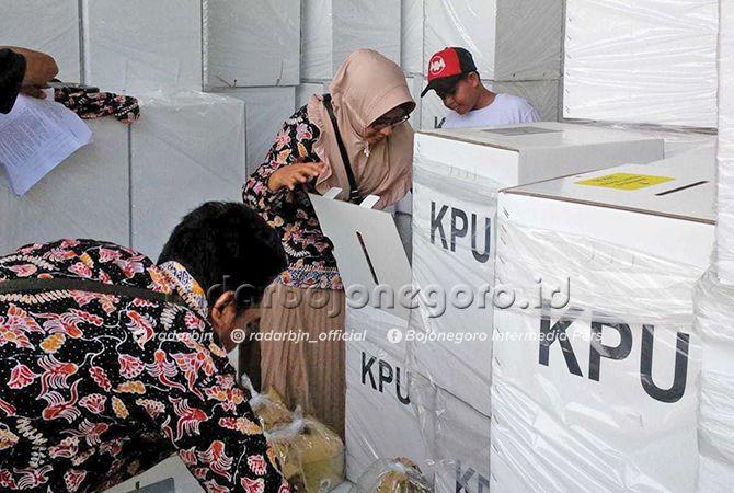 SIAP DIKRIM: Proses pengepakan logistik pemilu di gudang logistik KPUK Tuban Jalan Manunggal Selatan.