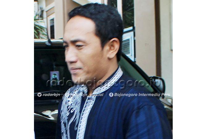 TIDAK AJUKAN BANDING: Kades Sumberejo, Kecamatan Pucuk, Taufik Mulyono, saat di Kejari Lamongan. Dia akhirnya menerima divonis setahun penjara dan denda Rp 50 juta subsider satu bulan.