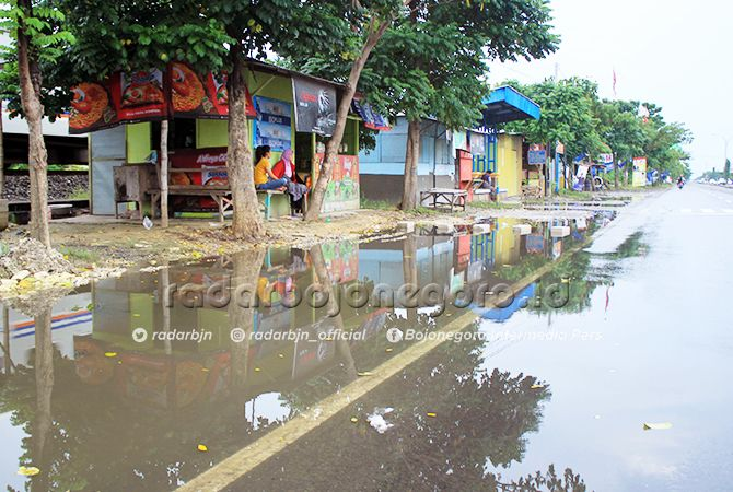 TIDAK ADA JALUR PEMBUANGAN AIR: Genangan air di pinggir jalan raya nasional, Babat – Lamongan kemarin.