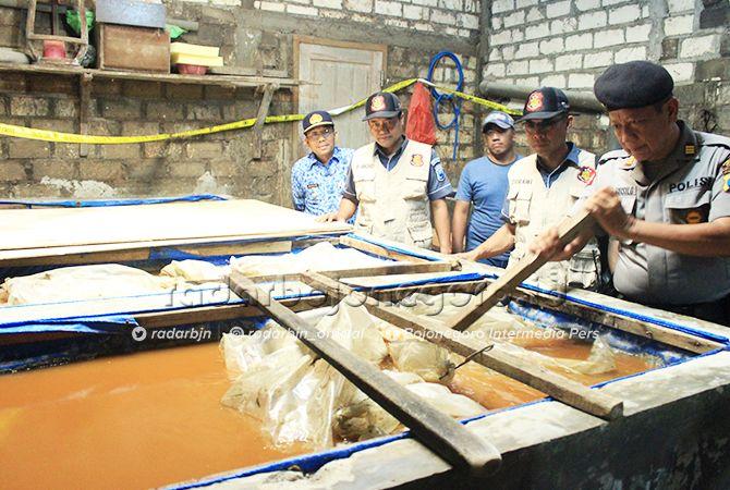 BARANG BUKTI: Kapolsek Semanding AKP Desis Susilo menunjukkan kolam bahan baku arak di salah satu pabrik di Desa Tegalagung, Kecamatan Semanding pekan lalu.
