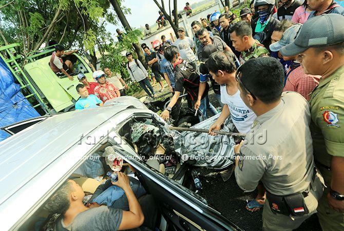 RINGSEK: Kecelakaan terjadi di Kecamatan Balen kondisi mobil parah. Korban pun mengalami luka-luka kemudian dilarikan ke rumah sakit terdekat.