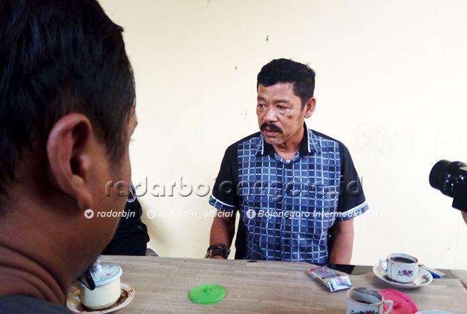 SERANG: Iskandar saat ditemui awak media di Mapolres Bojonegoro. Dia melaporkan balik istrinya.
