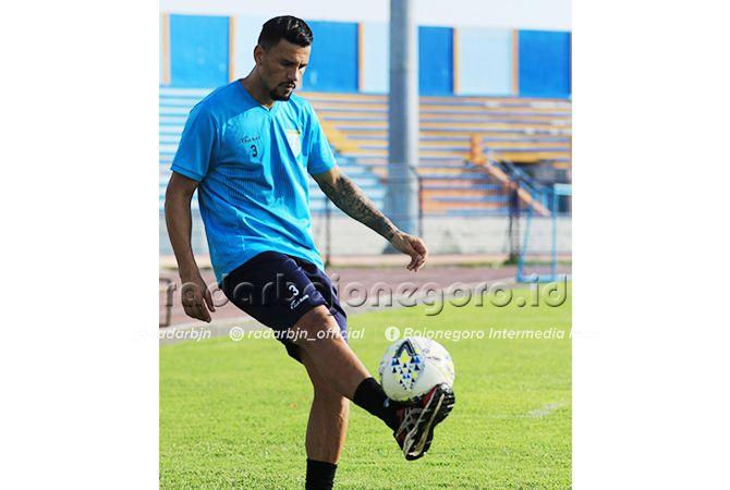 MASIH DIPANTAU KEMAMPUANNYA: Alex Dos Santos Goncalves mulai gabung latihan bersama skuad Persela, kemarin pagi (20/4).