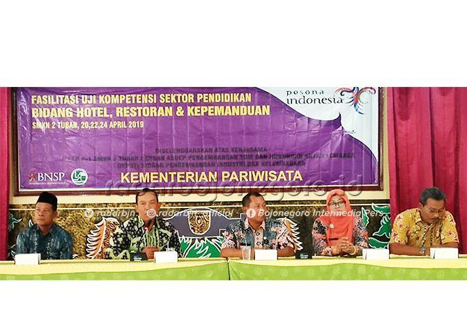 SALING BERSINERGI: Dua dari kiri, Kabid Pariwisata Dinas Periwisata, Kebudayaan, Pemuda, dan Olahraga (Diparbudpora) Tuban hadir dalam pembukaan uji sertifikasi kompetensi di SMKN 2 Tuban.